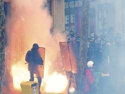 у парижі: в поліцію летять вогнегасники