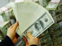 корона ось-ось злетить з долара