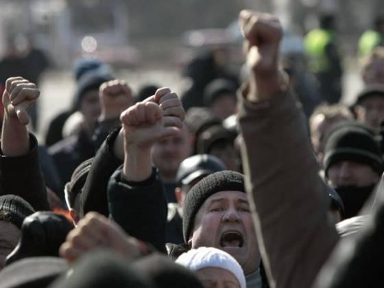 люди вигукують гасла під час проросійського мітингу на центральній площі донецька.