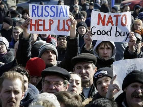 мітингувальники демонструють свою підтримку на тому ж проросійському масовому заході.