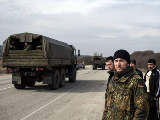 у кримському селі кок-асан, приблизно в 70 км від сімферополя, етнічні кримські татари стоять біля узбіччя в момент проїзду російських військ у бік сімферополя.