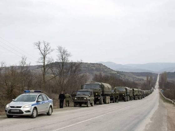 російські війська стоять уздовж дороги в селі дослідне, приблизно в 70 км від сімферополя.