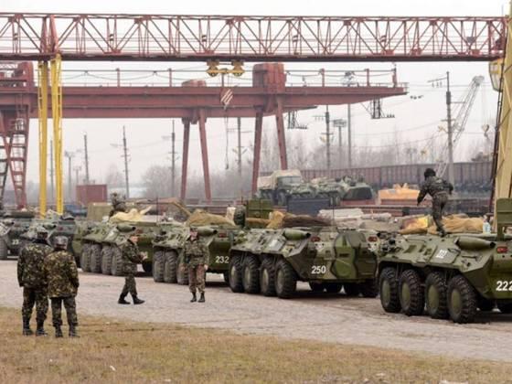 українські солдати виробляють завантаження своїх бронетранспортерів (бтр) на залізничні платформи у західноукраїнському місті львові.