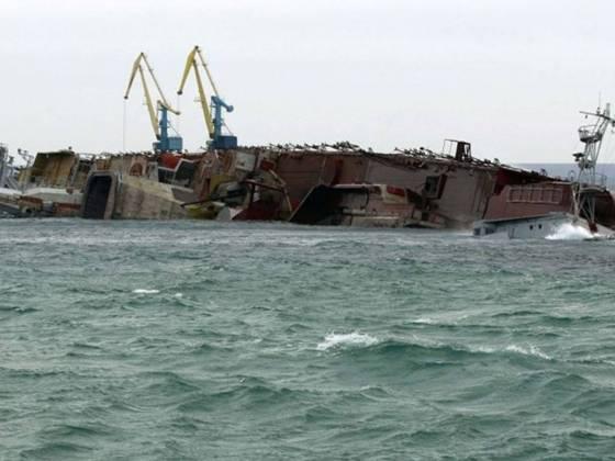 покинутий військовий корабель, спостережуваний 8 березня в кримському порту евпатрия, який російський військово-морський флот затопив з метою заблокувати вихід з бухти.