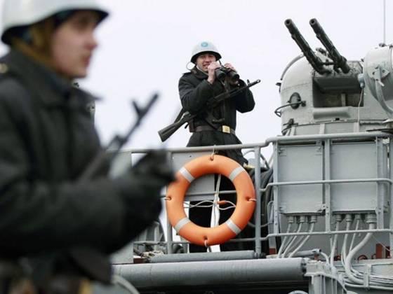 українські моряки несуть варту на палубі українського військового корабля в євпаторії