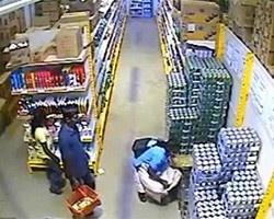 Англійка під спідницею винесла з магазину ящик пива!